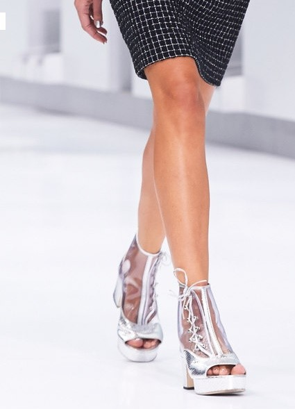 Zapatos transparentes y plateados de Chanel