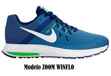 Zapatilla deportiva NIKE y disponible en la tienda Price Shoes, elaborada  en material textil, cubierta azul con logo de la marca en blanco en los  laterales,