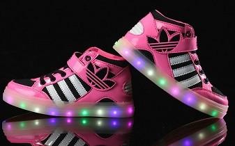 éxito Surgir blanco como la nieve  Zapatillas con luces led para niños: Precios y modelos 🥇 zapatos de moda